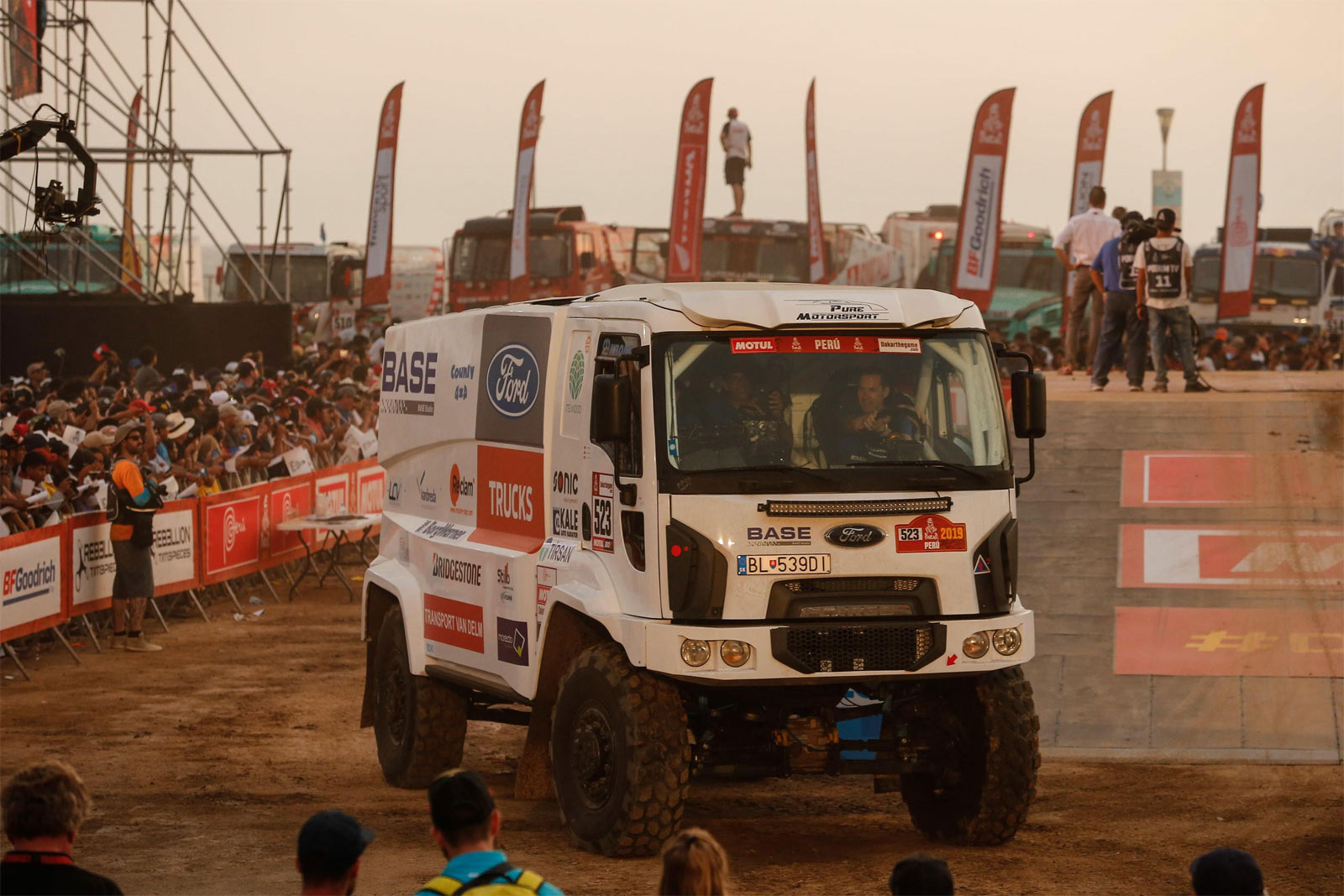 The History of Ford in rallying Cargo-dakar_1